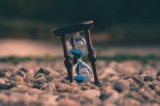 idő, homokóra a kövek között